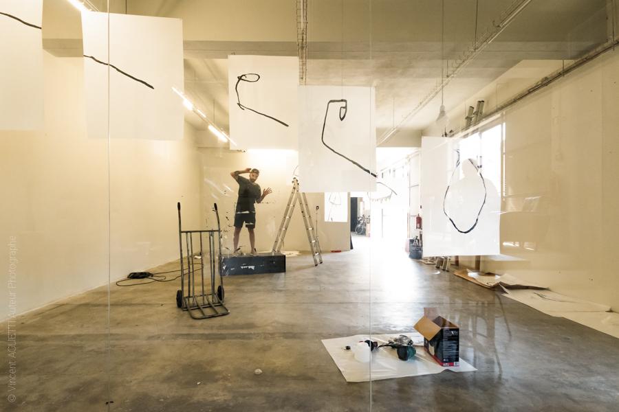 Victor artiste portugais installe son exposition dans un nouveau cadre contemporain de Guimaraes. Photo pour l'exposition Guimaraes, Aqui Nasceu Portugal de Vincent Aglietti et Vincenzo Cirillo.