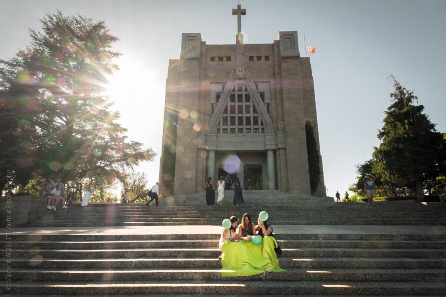 Trois jeunes femmes sont assises aux pieds des marches de l'église de la Penha un ballon vert à la main Photo pour l'exposition Guimaraes, Aqui Nasceu Portugal de Vincent Aglietti et Vincenzo Cirillo.