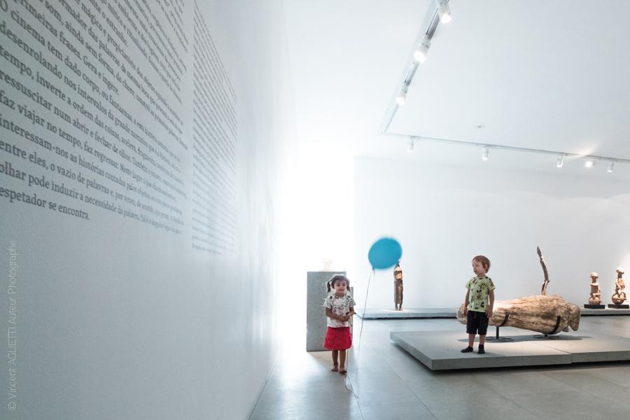 Deux enfants jouent avec un ballon bleu dans le Centre international des arts José de Guimarães. Photo pour l'exposition Guimaraes, Aqui Nasceu Portugal de Vincent Aglietti et Vincenzo Cirillo.