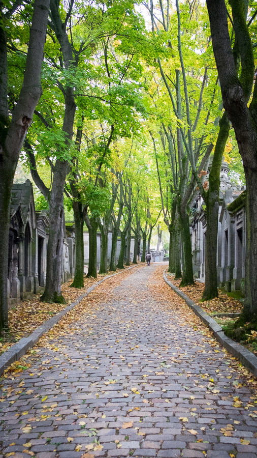 Le Père Lachaise,Les allées en automne.