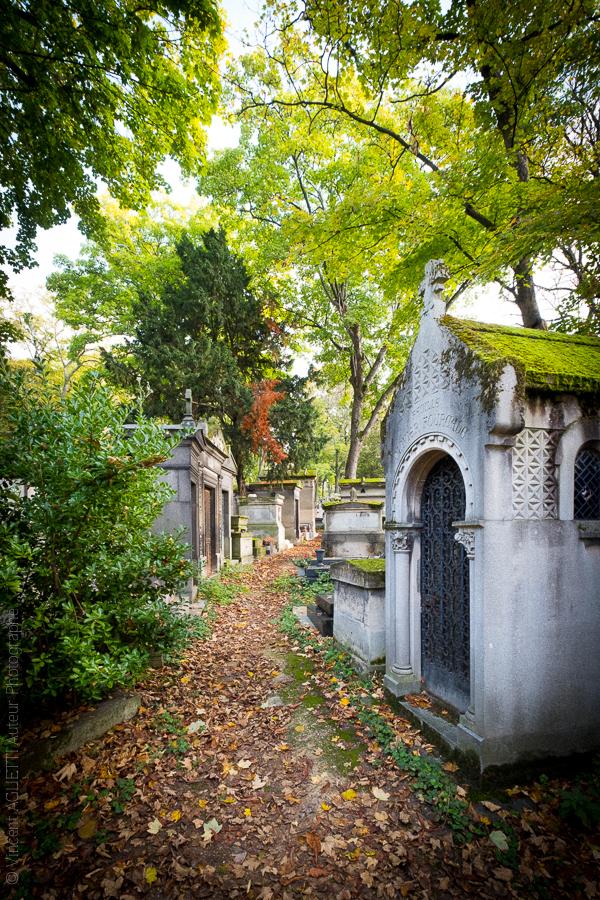 Allées et caveaux en automne au cimetière du Père Lachaise.