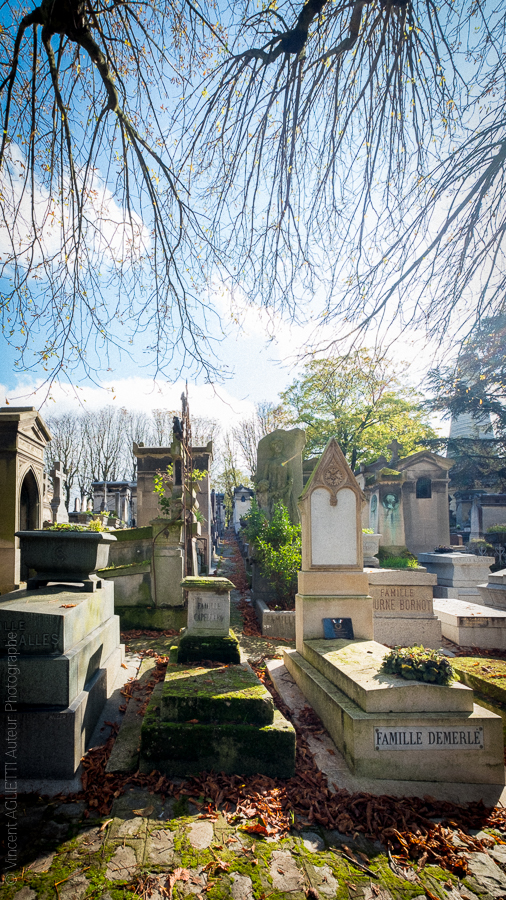 Tombes et caveaux a perte de vue dans le cimetière du Père Lachaise.