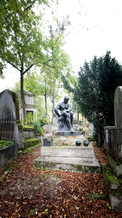 """Tombe de la famille Dahan ornée par le """"Colosse nu assis"""" de Rembrandt Bugatti au Père Lachaise."""