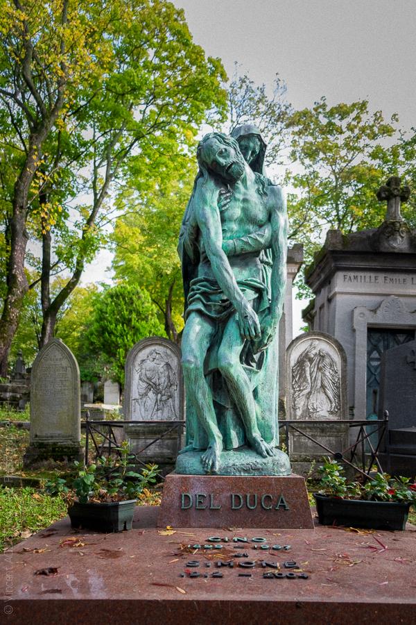 Editeur, producteur de films français et italiens et philanthrope italien Del Duca est enterré au Père Lachaise. Sculpture de Francesco Messina.