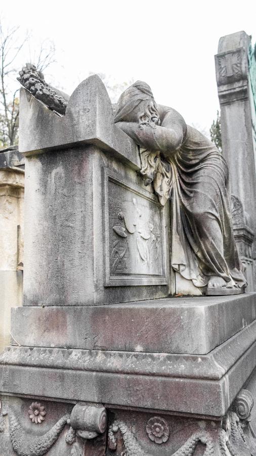 Tombeau de Lenoir et Vavin. Sculpture exécutée par Democrito Gandolfini représentant une femme affaissée sur un sarcophage.