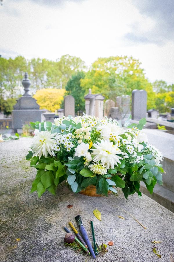 La tombe fleurie du peintre célèbre Amedeo Modigliani. Cimetière du Père Lachaise.