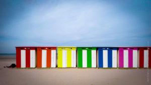 Face à la mer du Nord, une succession de cabines colorées sur la plage de Malo les Bains.
