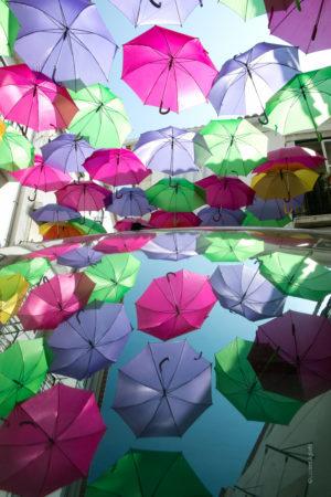 Averse. Reflet de parapluies sur un pare brise de voiture.Préparatifs de la fête de la Saint Antoine à Lisbonne ,quartier Alfama au Portugal. La Boutique Caméra Singulier