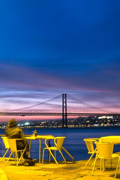 Ponte Final. Depuis une terrasse d'Almada. La vue est imprenable sur le pont du 25 Avril et Lisbonne.