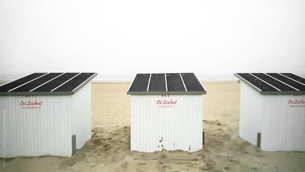 Les cabines sur la plage d'Ostende en Belgique s'installent pour la saison. La Boutique Caméra Singulier