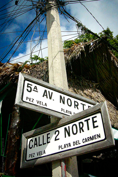 Vamos Playa Del Carmen au Mexique, panneaux d'orientation. La Boutique Caméra Singulier