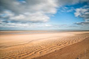 Beach. Des étendues de sable à perte de vue avec un ciel tourmenté, c'est typiquement la Mer du Nord.