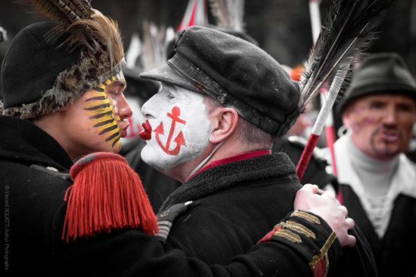 Zotche. Deux carnavaleux s embrassant sur la bouche en signe de bonjour, c'est le zotche.