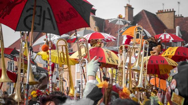 Cuivres et Berguenards. Trombones et berguenards portés à bout de bras au carnaval de Bergues.