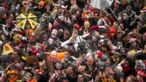 Jet de Harengs. Le traditionnel jet de harengs depuis la mairie de Dunkerque, une foule de carnavaleux se malmènent afin de s'offrir un hareng.