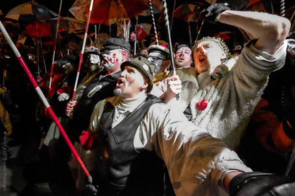 Rigodon.La première ligne bloque le rigodon lors du chahut. Les hommes rompus à ces chahuts donnent le ton et entrainent les plus jeunes à ce rituel initiatique.