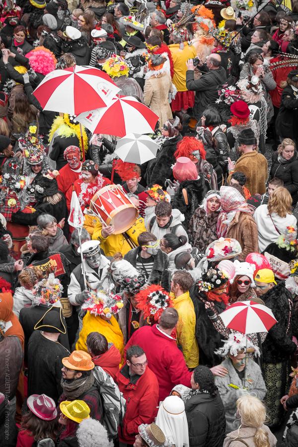 Mais où est le carnaval, un groupe de musiciens traversant la foule des carnavaleux du carnaval de Dunkerque avec leurs tambours et berguenards.