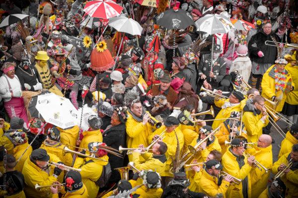 Yellow trombones. La bande est prête à repartir les musiciens occupent le bas de l'image tout de jaune vêtu et les premières lignes le haut de l'image.