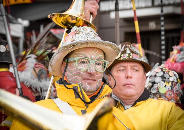 Yellow Men.Portrait de deux musiciens en pause avec des regards très divergents.