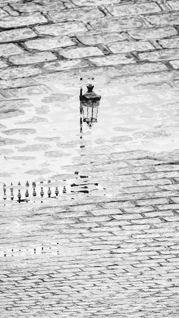 Le Bec dans l'eau. Le reflet d'un réverbère après la pluie.