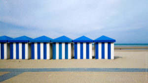 Decor-Urbain©Vincent-AGLIETTI-La-Boutique-Camera-Singulier. Les cabines bleues de Malo les Bains.