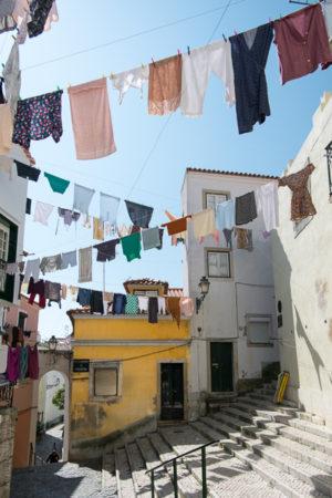 La Grande Lessive. A Lisbonne, au Portugal, dans le quartier de l'Alfama, le linge flotte dans les rues.