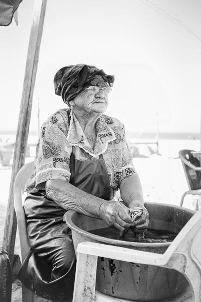 Rita sur la plage de Nazaré nettoie comme tout les matins ses poissons.