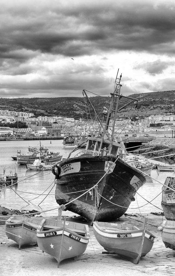 Petits Bateaux. Dans le Port de pêche de Sésimbra, la marée met les bateaux au sec.