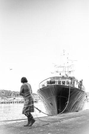 Rentre à la Maison. Les femmes aussi sont présentes sur les docks.