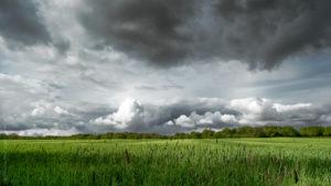Le Printemps a du beau. Un orage se préparant à frapper prés d'Avallon dans l'Yonne.