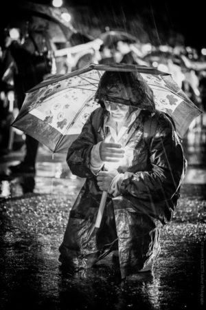 A Genoux. prière intense sous l'orage.
