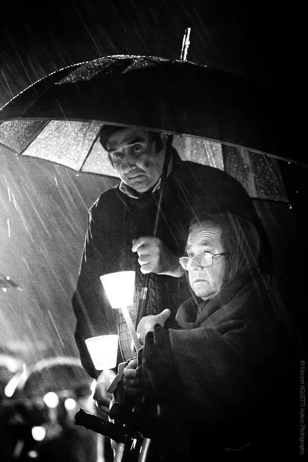 Assidus. La pluie ne distrait pas les fidèles.