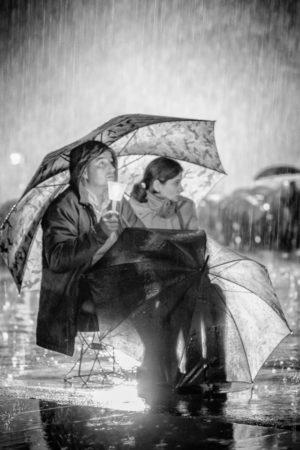 Un petit coin de Parapluie. Un instant de réconfort sous une pluie battante.