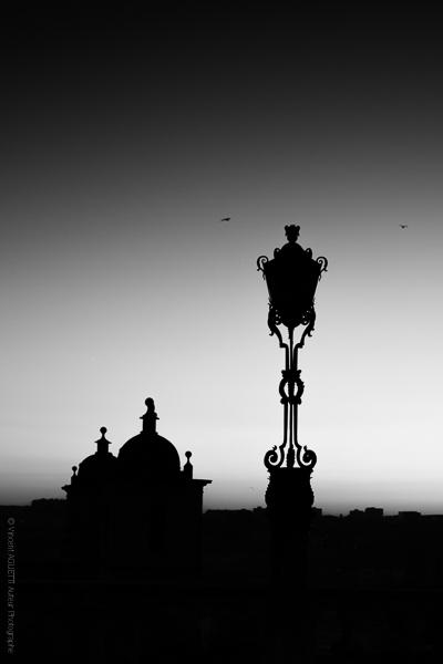 Silhouette.Un contre jour sur une place de Porto.
