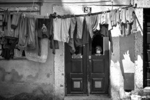 Atras Da Porta. Dans le quartier de la Mouraria à Lisbonne.