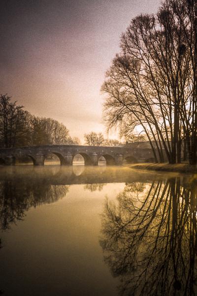 Un Pont de pierre. Un pont de pierre sur l'Ouche à quelques pas du canal de Bourgogne.Visitez la Galerie Quatre Saisons- La Boutique Caméra Singulier.